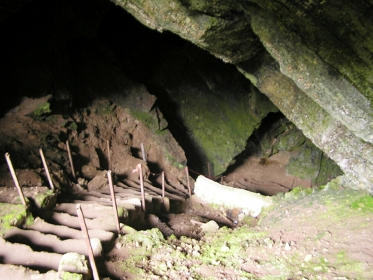 غارنوردی در غار تاریخی بورنیک