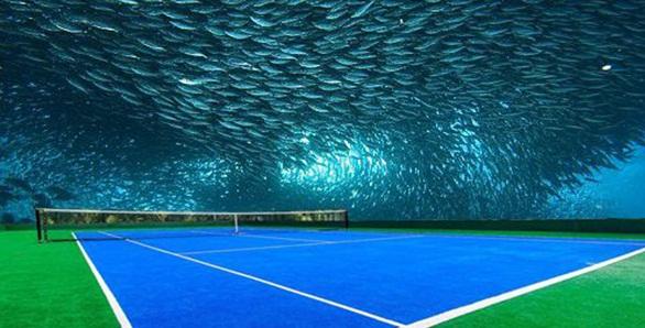 ورزشگاه تنیس در میان حبابی از آب در دبی